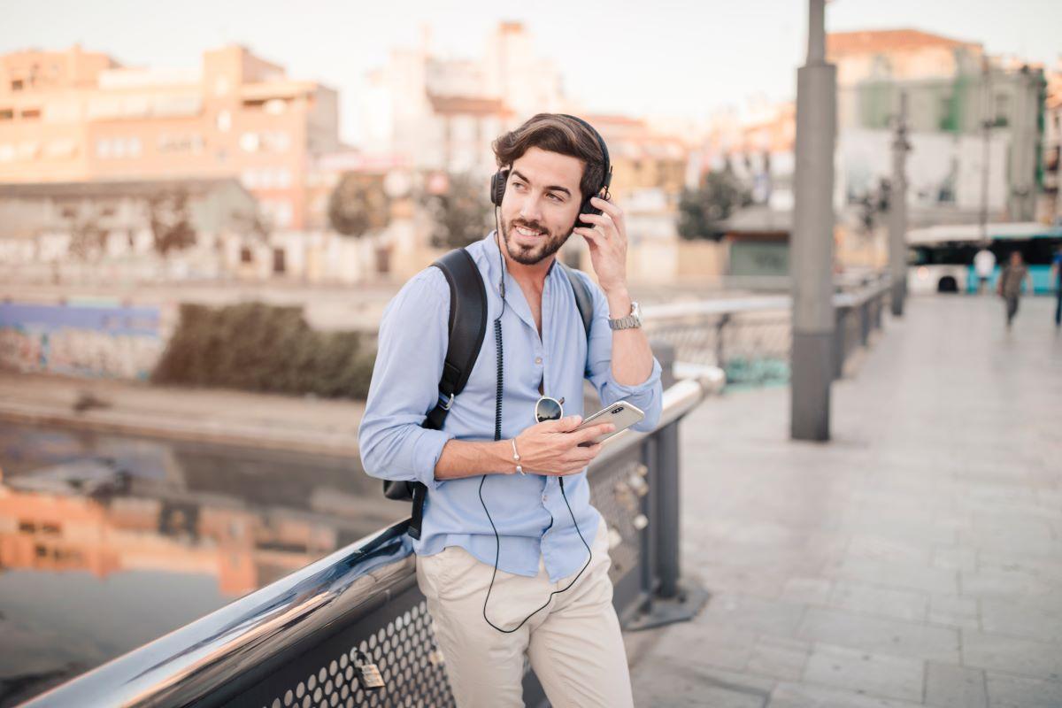 Empresa cria fone de ouvido que traduz conversas em 20 idiomas em tempo real